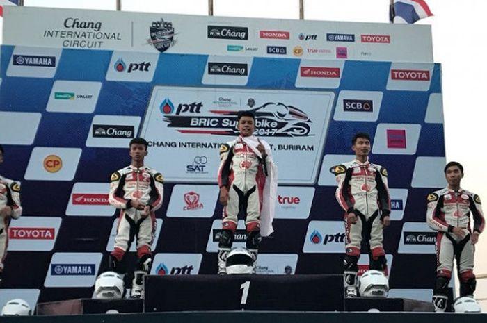 Pebalap muda Indonesia Astra Honda Racing School, M Adenanta (ketiga dari kanan) berpose di podium setelah menjuarai balapan pertama seri keempat Thailand Talent Cup 2017 di Sirkuit Internasional Chang, Buriram, Thailand, Jumat (3/11/2017).