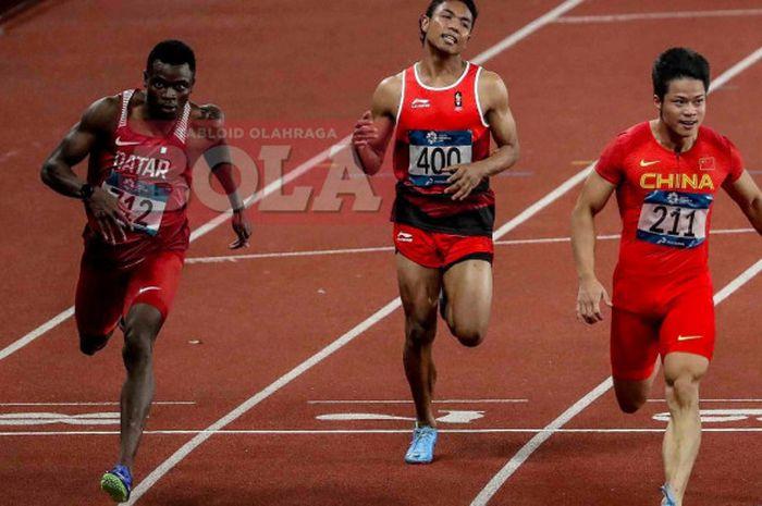 Sprinter asal Indonesia, Lalu Muhammad Zohri (tengah), berduel dengan Tosin Ogunode (kiri) dan Su Bi