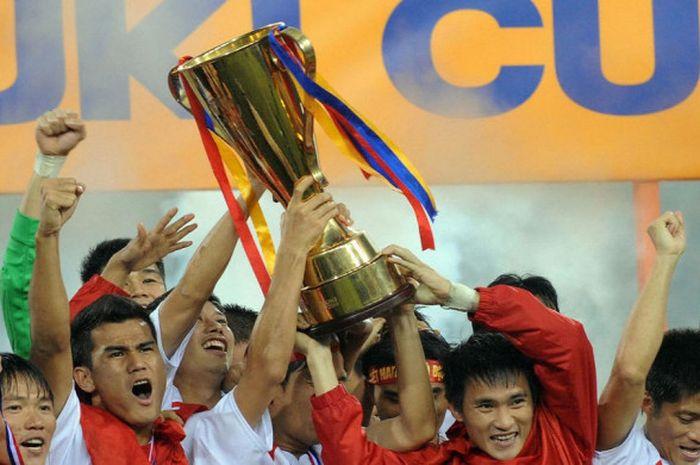 Timnas Vietnam saat mengangkat trofi piala AFF 2008