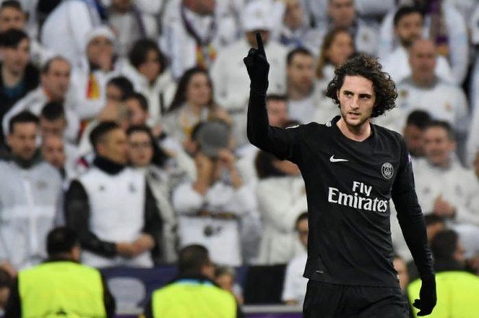 Gelandang Paris Saint-Germain, Adrien Rabiot, merayakan gol yang dia cetak ke gawang Real Madrid dalam laga leg pertama babak 16 besar Liga Champions di Stadion Santiago Bernabeu, Madrid, Spanyol, pada 14 Februari 2018.