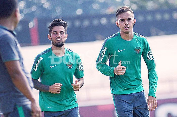Dua pemain timnas, Stefano Lilipaly (kiri) dan Rezaldi Hehanusa (kanan) berlari melintasi tepi lapangan di Stadion Kapten I Wayan Dipta, Gianyar, Jumat (27/7/2018).