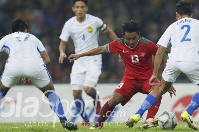 Aksi pemain timnas u-22 Indonesia, Febri Haryadi, pada laga semifinal SEA Games 2017 kontra Malaysia