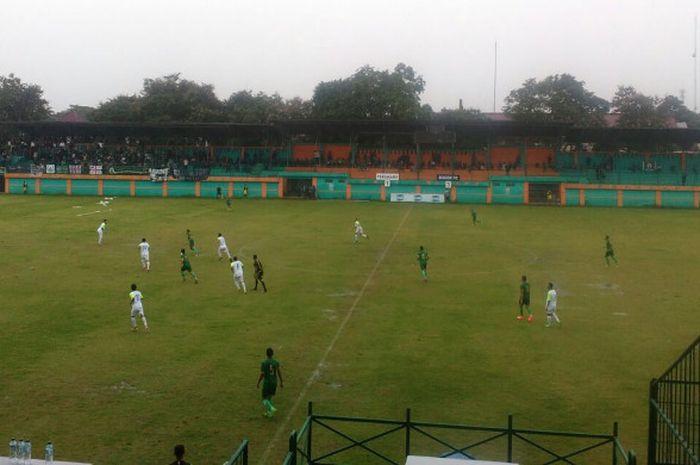 Suasana pertandingan antara Bogor FC (putih) melawan Persikabo Bogor (hijau), di Stadion Mini Cibinong, Kabupaten Bogor, Sabtu (16/12/2017).