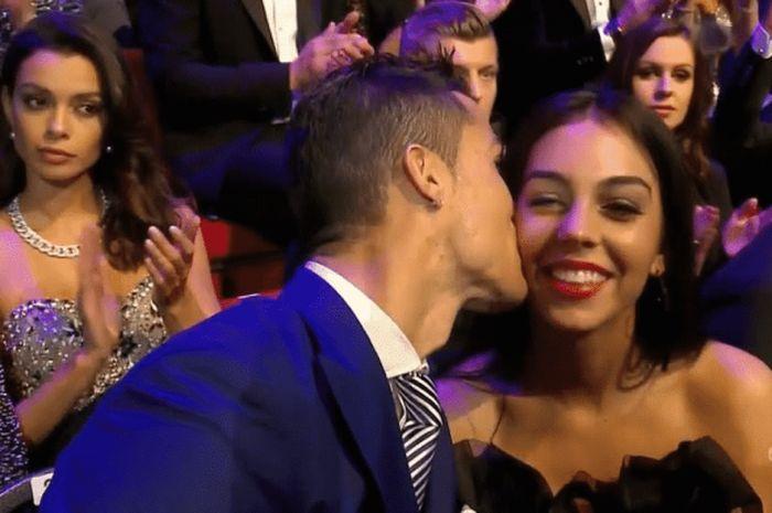 Cristiano Ronaldo mencium pipi Georgina Rodriguez