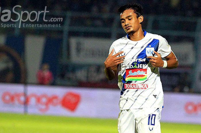 Gelandang PSIS Semarang, Komarudin, saat tampil dalam laga pekan ke-11 Liga 1 2018 melawan Arema FC di Stadion Kanjuruhan Kabupaten Malang, Jawa Timur, Jumat (01/06/2018) malam.