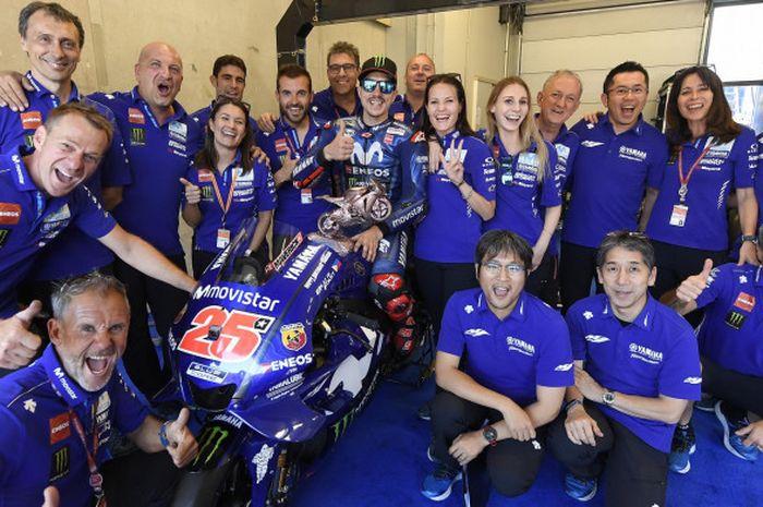 Maverick Vinales merayakan keberhasilannya naik podium MotoGP Belanda bersama para krunya.