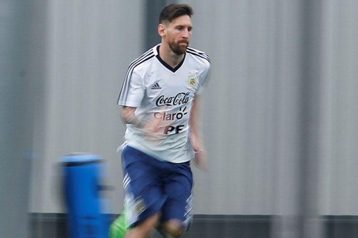 Megabintang Argentina, Lionel Messi, menjalani sesi latihan di Joan Gamper sports centre, Sant Joan Despi, Spanyol pada 5 Juni 2018.