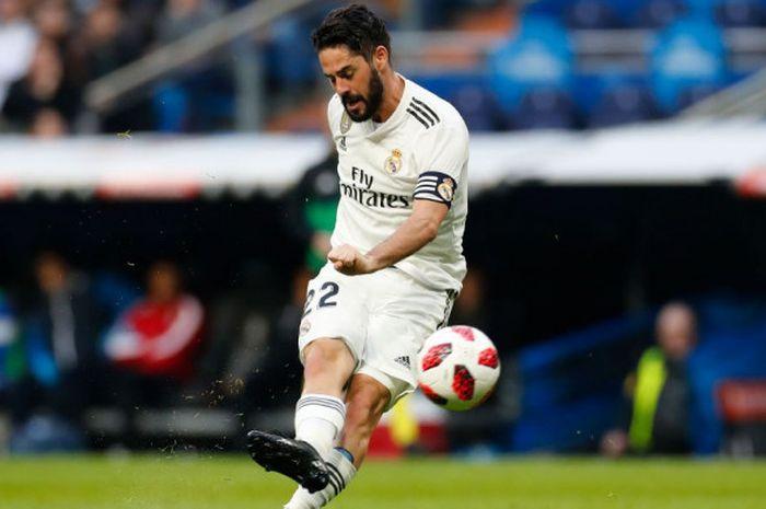Gelandang Real Madrid, Isco Alarcon, menendang bola, dalam laga babak 16 besar Copa del Rey melawan Melilla, Kamis (6/12/2018) di Stadion Santiago Bernabeu.