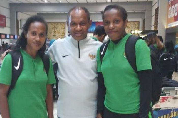 Pelatih timnas wanita Indonesia, Rully Nere bersama dua anak asuhnya di Bandara Soekarno-Hatta jelang berangkat ke Palestina untuk mengikuti kualifikasi sepak bola putri Olimpiade 2020.