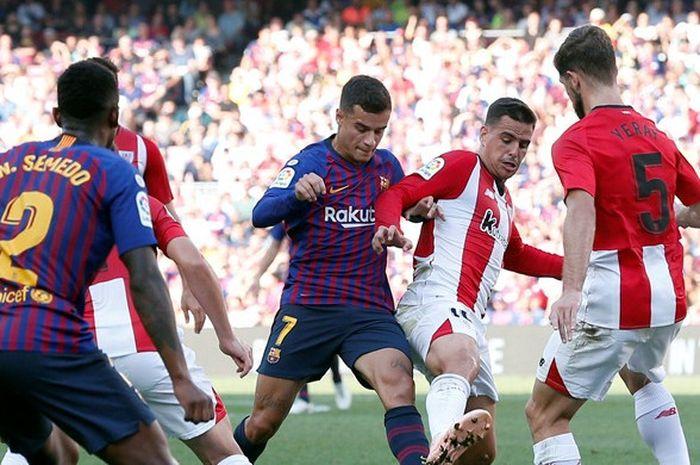 Gelandang FC Barcelona, Philippe Coutinho (ketiga dari kanan), berduel dengan gelandang Athletic Bilbao, Dani Garcia, dalam laga Liga Spanyol di Stadion Camp Nou, Barcelona, Spanyol pada 29 September 2018.