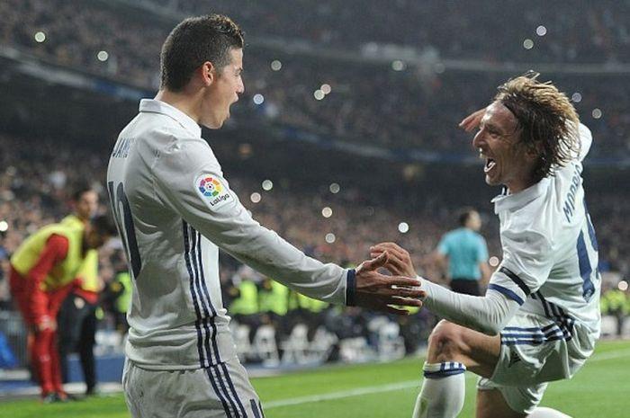 Pemain Real Madrid, James Rodriguez (kiri) dan Luka Modric, merayakan gol ke gawang Sevilla dalam laga pertama babak 16 besar Copa del Rey di Stadion Santiago Bernabeu, Madrid, Spanyol, 4 Januari 2017.