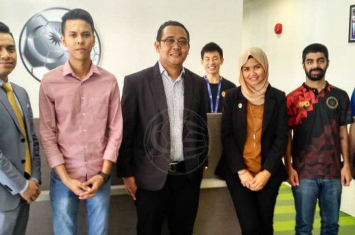 Media & Public Relation Manager PT LIB, Hanif Marjuni Berfoto Bersama Unit Media Malaysian Football