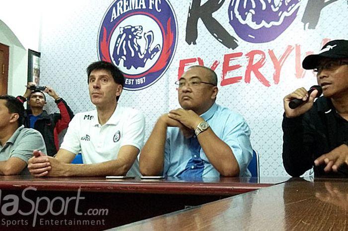 (Kiri-kanan) Media officer Arema Indonesia, Sudarmaji, asisten pelatih Milan Petrovic, general manager Arema FC, Ruddy Widodo,  dan pelatih Joko Susilo dalam sesi konferensi pers di kantor Arema FC, Kota Malang, pada (14/5/2818).