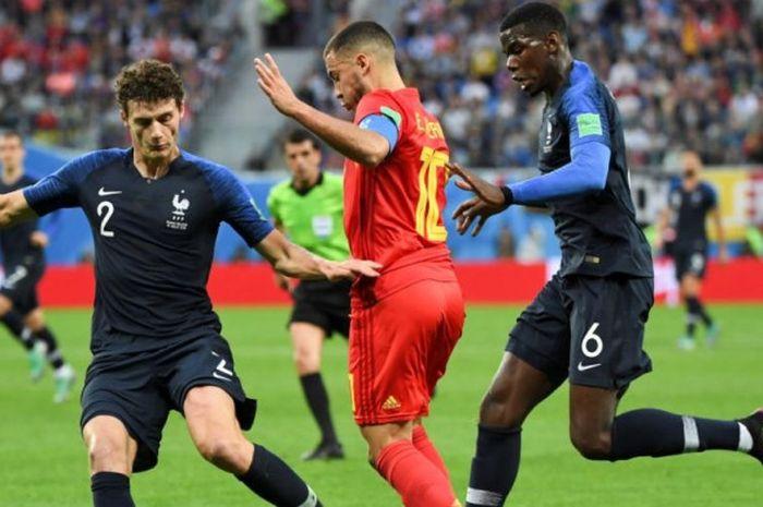 Eden Hazard (tengah) berusaha melewati Benjamin Pavard (kiri) dan Paul Pogba dalam partai semifinal Piala Dunia 2018 antara Prancis vs Belgia di Saint Petersburg Stadium, 10 Juli 2018.
