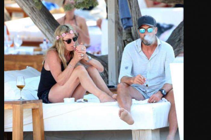 Juergen Klopp bersama sang istri Ulla Sandrock saat menikmati suasana pantai di Ibiza sambil merokok