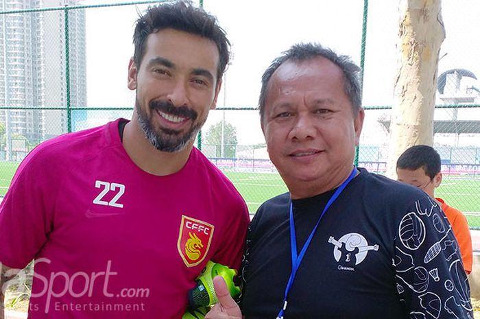 Penulis berpose dengan pemain Hebei China Fortune, Ezequiel Lavezzi.