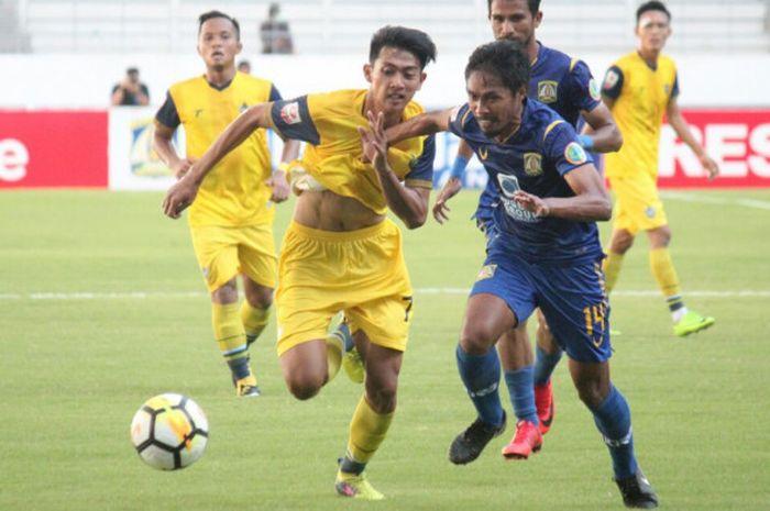 Penyerang Persegres Gresik United, Malik Rizaldi (kuning) berusaha lepas dari kawalan pemain belakang Persiba Balikpapan, Fathul Rachman (biru) pada laga Liga 2 di Stadion Batakan, Balikpapan, Kalimantan Timur, Jumat (20/7/2018).