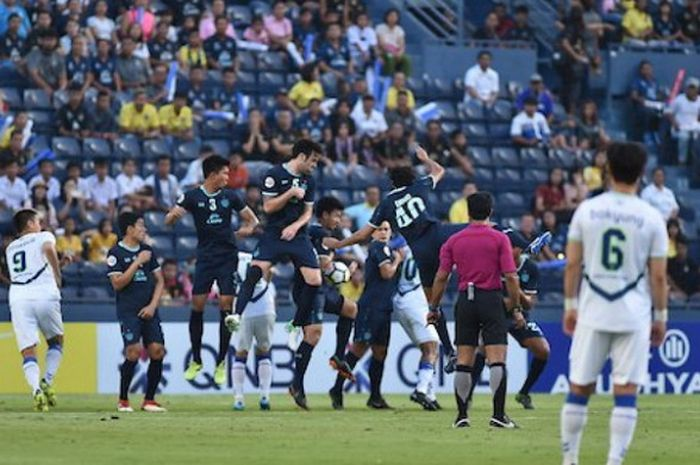 Salah satu momen yang terjadi di dalam pertandingan leg 1 babak 16 besar Liga Champions Asia 2018 antara Buriram United (baju biru) dan Jeonbuk Motors di Stadion Chang Arena, Buriram, Thailand, pada Selasa (8/5/2018).