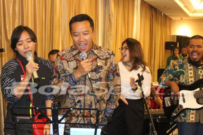 Menpora RI Imam Nahrawi bernyanyi bersama pemain ganda putri nasional, Della Destiara Haris, di sela acara perayaan HUT PP PBSI ke-67 di Hotel Atlet Century, Senayan, Jakarta, Selasa (8/5/2018).