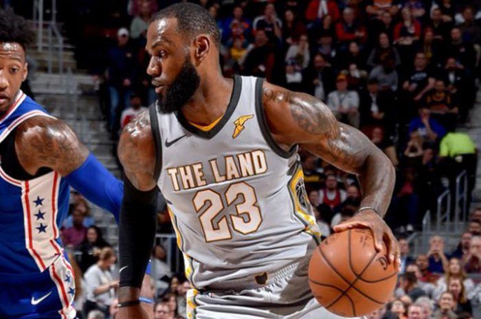 LeBron James (kanan) saat menjalani laga lanjutan NBA 2017/18 kontra Philadelphia 76ers pada Kamis (1/3/2018) malam waktu setempat atau Jumat pagi WIB.