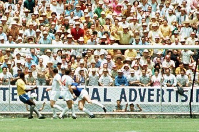 Aksi penyelamatan kiper Inggris, Gordon Banks, dalam laga Piala Dunia 1970 melawan Brasil di Estadio