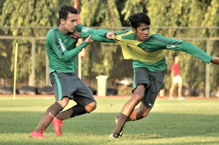 Pemain timnas U-19 Indonesia, Egy Maulana Vikri berduel dengan Irsan Lestaluhu saat pemusatan lati