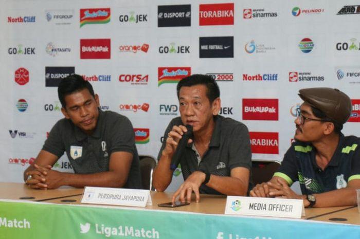 Asisten pelatih Persipura, Tony Ho (tengah), bersama kiper Dede Sulaiman (kiri) dalam konferensi pers di Stadion Mini Kebun Bunga, Rabu (11/7/2018), menjelang laga kontra tuan rumah PSMS Medan.