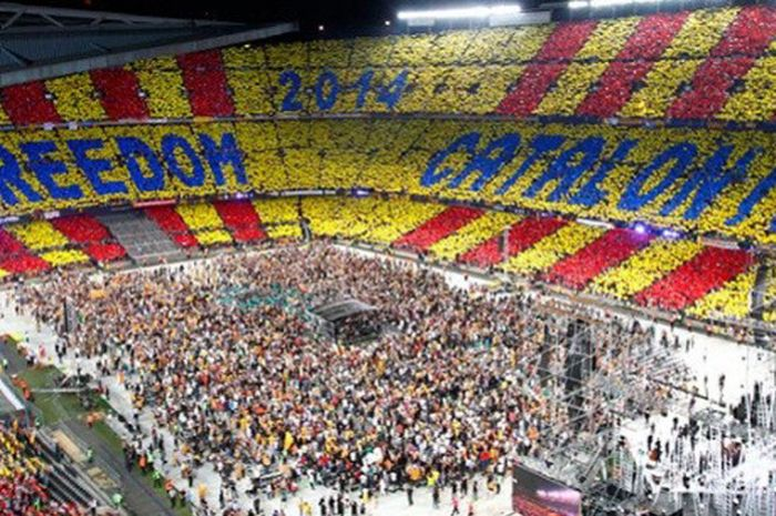 Warga Catalan tuntun kemerdekaan Catalonia pada tahun 2015 di Stadion Camp Nou, Barcelona.