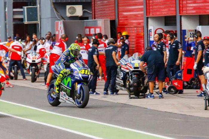 Para pebalap MotoGP melakukan pergantian motor.