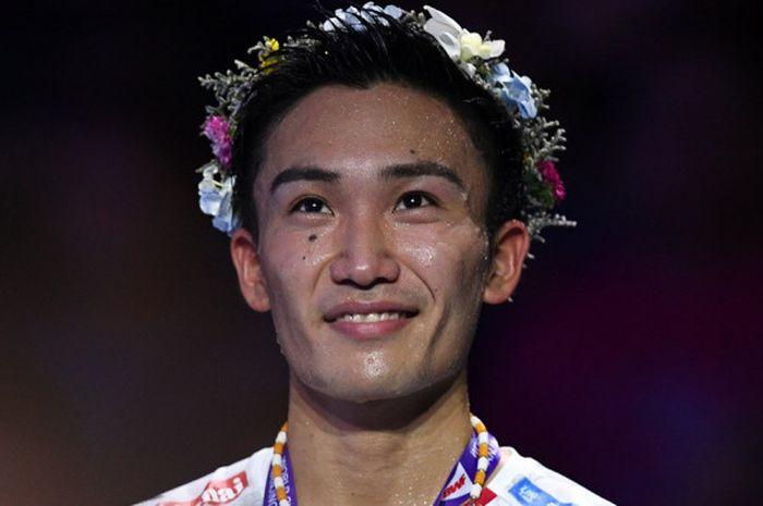 Pebulu tangkis tunggal putra Jepang, Kento Momota, tersenyum di atas podium kampiun Kejuaraan Dunia 2018. Momota meraih gelar juara dunia tahun ini setelah mengalahkan Shi Yuqi (China) 21-11, 21-13 pada laga final yang berlangsung di Nanjing Olympic Sports Centre, Nanjing, China, Minggu (5/8/2018).