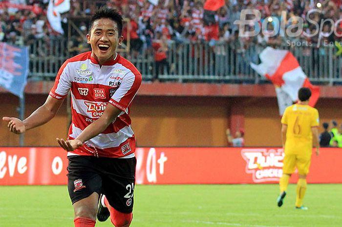 Gelandang Madura United, Bayu Gatra, melakukan selebrasi seusai mencetak gol ke gawang Sriwijaya FC pada pekan ketiga Liga 1 di Stadion Gelora Ratu Pamellingan Pamekasan, Jawa Timur Sabtu (07/04/2018) sore.