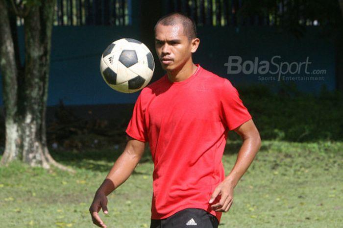 Ricardo Salampessy, bek Persipura saat berlatih di Lapangan PLTD Waena, Jayapura, Papua, pada Kamis