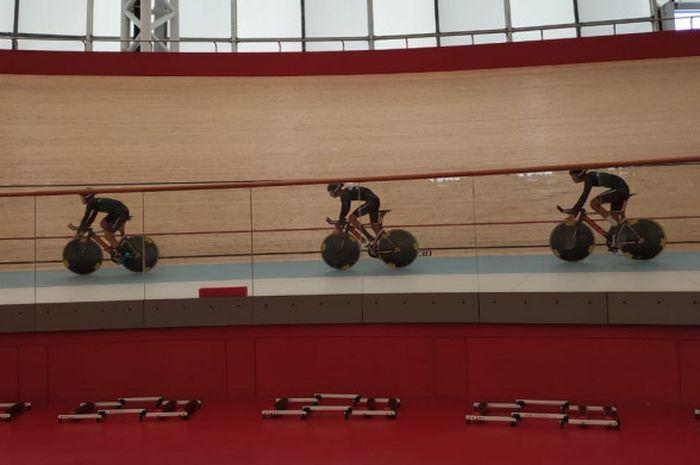 Para atlet balap sepeda Malaysia sedang menjalani latihan di Jakarta International Velodrome, Rawamangun, Jakarta Timur, Senin (7/1/2019).