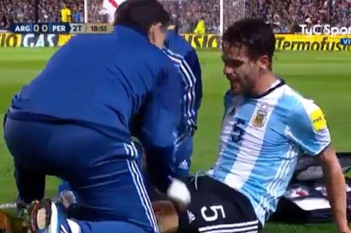 Mantan pemain Real Madrid sekaligus gelandang Timnas Argentina, Fernando Gago dirawat oleh tim medis saat Argentina berjumpa dengan Per