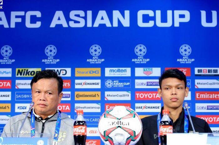 Pelatih sementara timnas Thailand, Sirisak Yodyardthai (kiri), dan penyerang Supachai Jaided dalam j