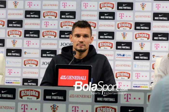 Bek timnas Kroasia, Dejan Lovren, berbicara dalam sesi konferensi pers di Roshchino Arena, Roshchin