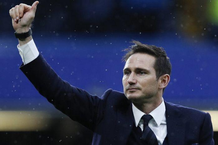 Ekspresi gelandang legendaris Chelsea dan tim nasional Inggris, Frank Lampard, saat memberikan salam kepada fan pada jeda laga Liga Inggris 2016-2017 menghadapi Swansea City di Stadion Stamford Bridge, London, Inggris, pada 25 February 2017.