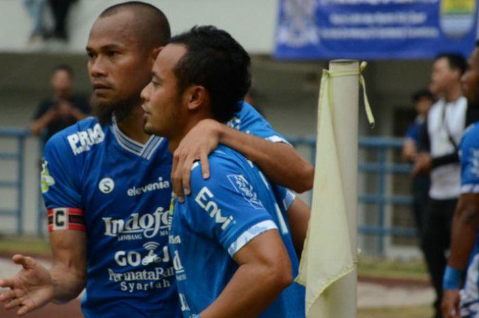 Dua pemain senior Persib Bandung yakni Supardi Nasir (kiri) dan Atep saat merayakan gol ke gaw