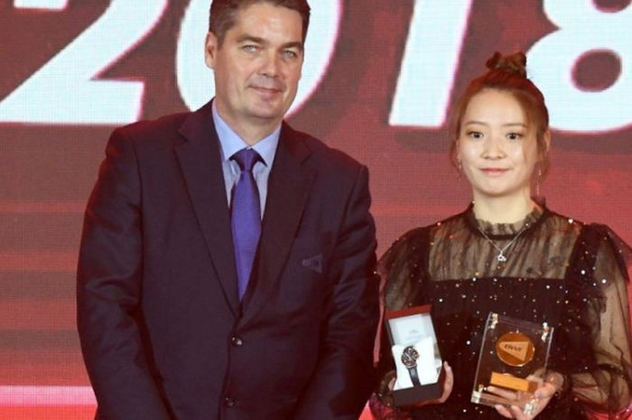 Presiden BWF, Poul-Erik Høyer Larsen, memberikan penghargaan Female Player of the Year 2018 kepada H