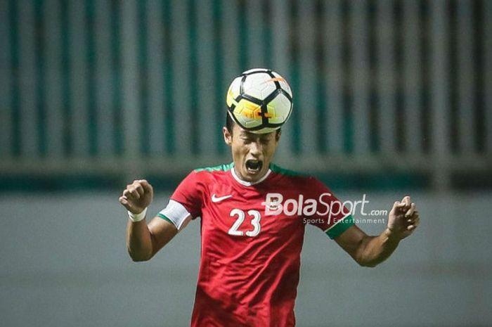 Bek Timnas U-23 Indonesia,Hansamu Yama, menyundul bola pada laga PSSI Anniversary Cup 2018 kontra Bahrain di Stadion Pakansari, Bogor, Jumat (27/4/2018)