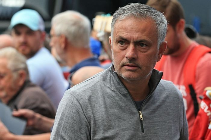Ekspresi pelatih Manchester United, Jose Mourinho, sebelum dimulainya laga Liga Inggris kontra Burnley di Stadion Turf Moor, Burnley pada 2 September 2018.