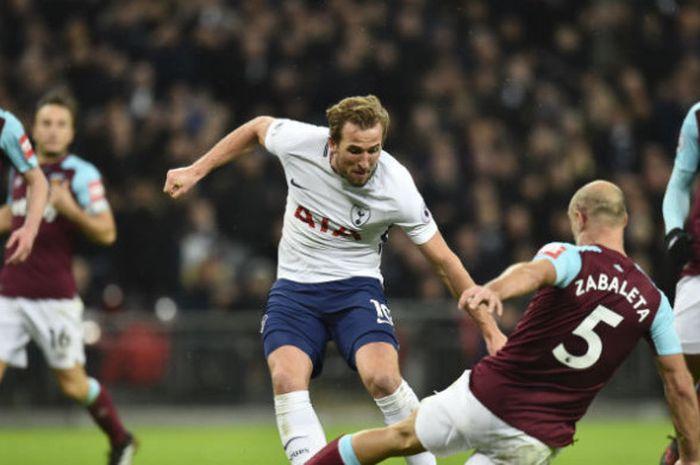 Penyerang Tottenham Hotspur, Harry Kane, berduel dengan pilar West Ham United, Pablo Zabaleta, ketika kedua tim bertemu pada laga Liga Inggris di Stadion Wembley, London, Jumat (5/1/2018) dini hari WIB.