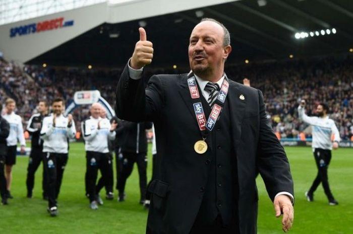Pelatih Newcastle United, Rafael Benitez, mengacungkan jempol kepada para suporter seusai laga Divisi Championship antara Newcastle dan Barnsley di Stadion St James Park, Newcastle, pada Minggu (7/5/2017).