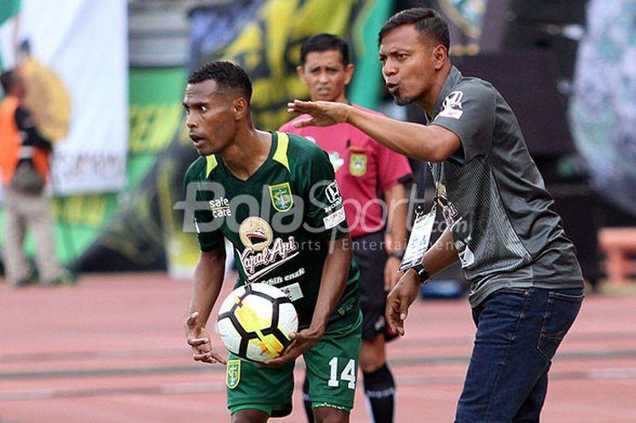 Pelatih Persebaya Bejo Sugiantoro saat memberi instruksi kepada pemainnya, Ruben Karel Sanadi