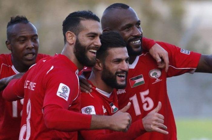 Para pemain timnas Palestina merayakan gol yang dicetak ke gawang Bhutan dalam laga kualifikasi Piala Asia 2019 di Stadion Internasional Dora, Hebron, Selasa (10/10/2017).