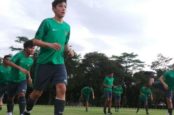 Pemain Indonesia yang bermain di Inggris, Jack Brown (depan), saat mengikuti seleksi timnas U-18 di