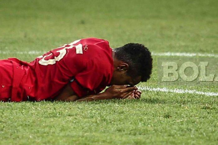 Pemain timnas U-19 Indonesia, Todd Rivalrdo Alberth Ferre, terbaring di lapangan pada laga uji coba kontra Arab Saudi di Stadion Wibawa Mukti, Cikarang, pada Rabu (10/10/2018).