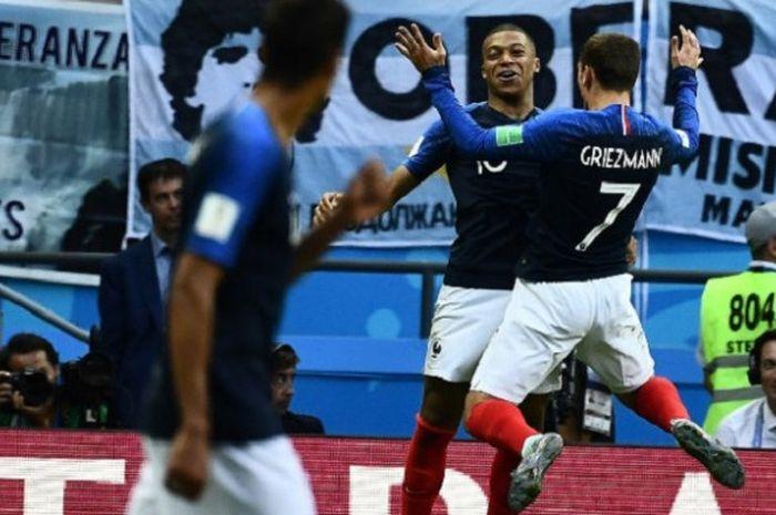 Kylian Mbappe dan Antoine Griezmann merayakan gol Prancis ke gawang Argentina pada laga 16 besar Pi