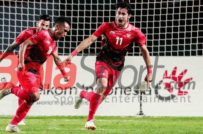 Irfan Jaya merayakan gol Indonesia ke gawang Palestina pada pertandingan Grup A Asian Games 2018 di Stadion Patrtiot, 15 Agustus 2018.