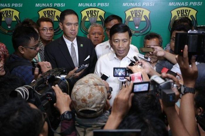 Ketua Umum PP PBSI periode 2016-2020 Wiranto, sedang memberikan keterangan kepada media seusai munas